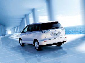 トヨタを代表するミニバンエスティマ!大型ミニバンの現代の燃費は?のサムネイル画像